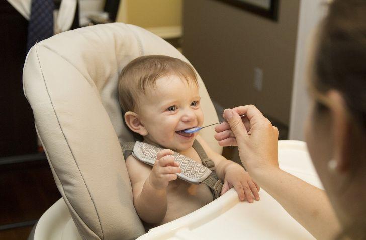 Getreidebrei baby isst baby wird gefüttert