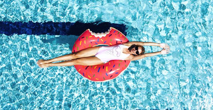 Urlaub direkt am Meer, Frau im Pool