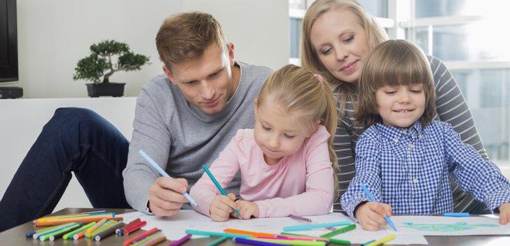 Muter, Vater und Kind malen gemeinsam Bilder aus